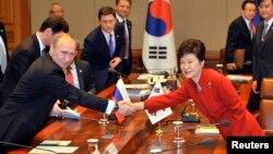 지난 2013년 11월 한국을 방문한 블라디미르 푸틴 러시아 대통령(왼쪽)이 박근혜 한국 대통령과 정상회담을 가졌다. (자료사진)