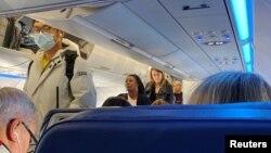 Un passager portant un masque de protection monte à bord d'un vol, après que des cas de coronavirus ont été confirmés aux USA, à Boston, Massachusetts, États-Unis, le 24 janvier 2020.