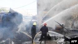 Nhân viên cứu hỏa tại hiện trường vụ nổ bom ở trung tâm Damascus gần khách sạn nơi các quan sát viên LHQ cư ngụ, ngày 15/8/2012