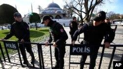 Polisi Turki memasang pagar pembatas di distrik Sultanahmet di Istanbul, pasca serangan bunuh diri, Selasa (12/1).