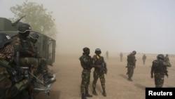 Des soldats camerounais de la Brigade d'intervention déposés par un hélicoptère sous la poussière à Kolofata, Cameroun, le 16 Mars 2016. REUTERS / Joe Penney