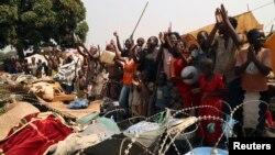 中非共和國兒童獲知總統喬托迪亞和總理譚蓋都宣佈辭職後高呼慶祝。