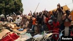 Warga Republik Afrika Tengah merayakan pengunduran diri pemimpin sementara Michel Djotodia di kemah penampungan di bandara Bangui, 10 Januari 2014 (Foto: dok).