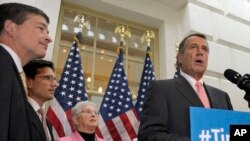Le leader républicain John Boehner (à dr.) a offert jeudi un relèvement à court terme du plafond de la dette publique des Etats-Unis