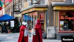 """Neke učesnice Ženskog marša u Vašingtonu nose kostime iz distopijskog romana i popularne TV serije """"Sluškinjina priča""""."""