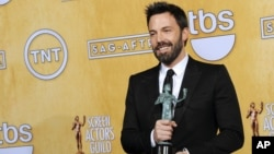 El actor y director Ben Affleck posa con su premio al mejor reparto de cine.