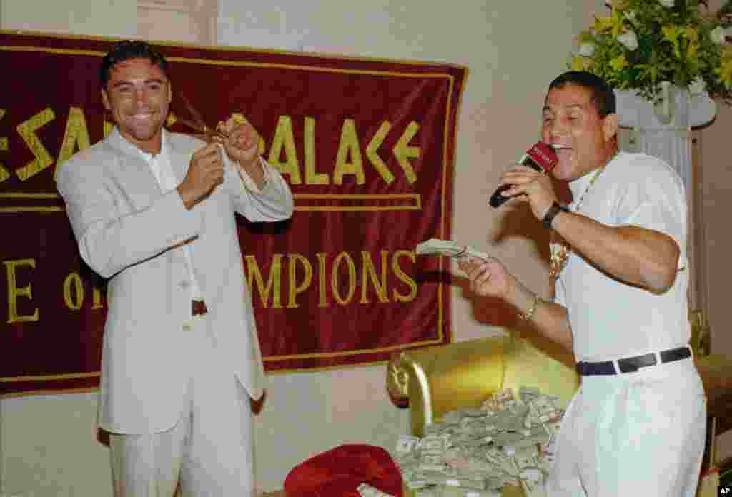 El cuatro veces campeón mundial Oscar De la Hoya junto a Camacho en una conferencia de prensa, dos meses antes de una pelea en 1997, donde estaba en juego mucho dinero. De la Hoya dijo que si perdía le pagaría a Camacho $200.000 y si ganaba le cortaría el característico rulo de pelo que colgaba sobre la frente de su contrincante.