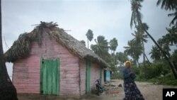 24일 도미니카공화국에 상륙한 열대성 폭풍 아이작으로 인해 피해를 입은 주택.