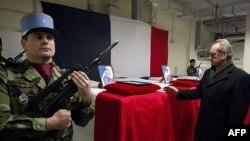 Bộ trưởng Quốc phòng Pháp Gerard Longuet (phải) đứng trước 4 quan tài của các binh sĩ Pháp trong lễ viếng tại Kabul, ngày 21 tháng 1, 2012