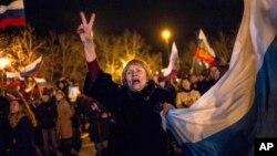 Ribuan warga Krimea pro Rusia merayakan hasil referendum Krimea di kota Sevastopol, hari Minggu (16/3).