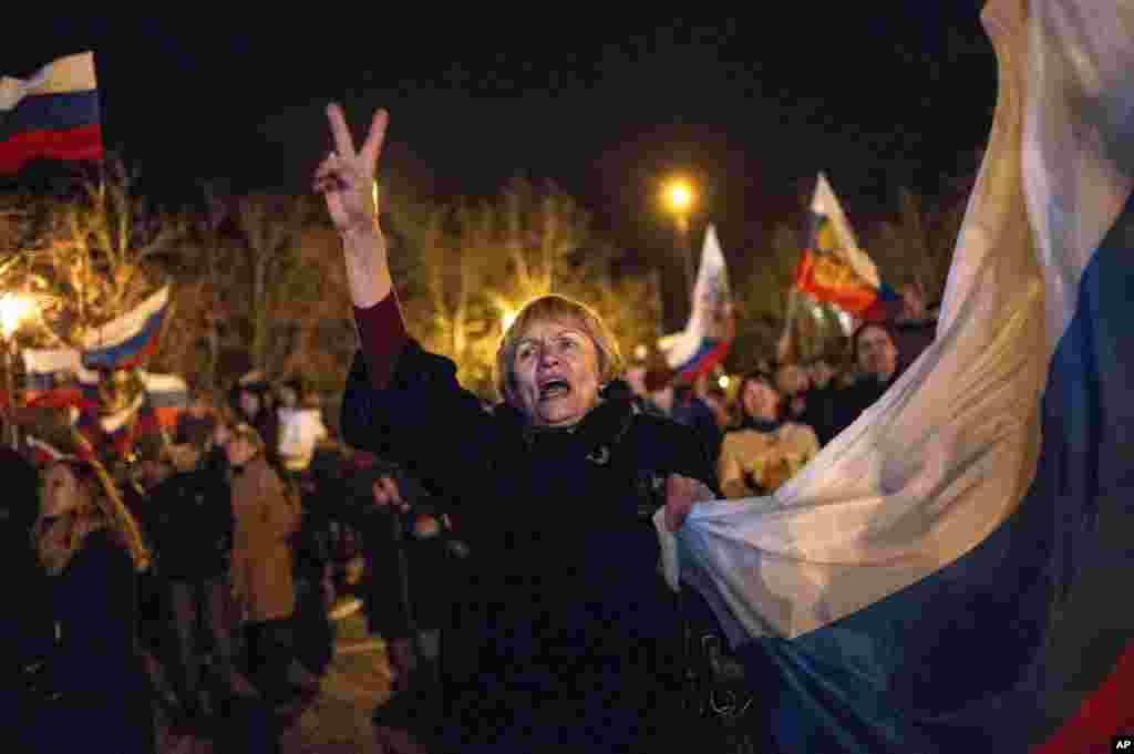 Những người thân Nga ăn mừng tại Quảng trường chính ở Sevastopol, Ukraina.