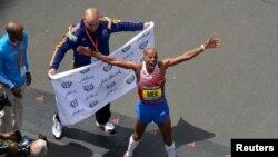 埃塞俄比亚裔美国人凯夫莱齐吉4月21日赢得波士顿马拉松赛冠军