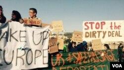 Biểu tình tại Lesbos chống lại thỏa thuận EU-Thổ Nhĩ Kỳ, ngày 4 tháng 4, 2016. (H. Murdock / VOA)