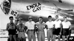 """美国陆军航空兵发布的照片显示美国""""艾诺拉•盖""""轰炸机的地勤人员"""