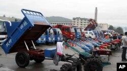 지난 20일 북한 라선 지구에서 열린 국제 무역 박람회에 전시된 중국산 트랙터와 트럭.