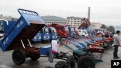 지난 8월 북한 라선 지구에서 열린 국제 무역 박람회에 전시된 중국산 트랙터와 트럭. (자료사진)