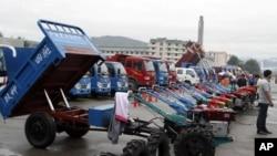 지난해 8월 북한 라선 지구에서 열린 국제 무역 박람회에 전시된 중국산 트랙터와 트럭. (자료사진)