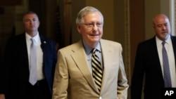 លោក Mitch McConnell ដើរចេញពីការិយាល័យរបស់លោកនៅក្នុងវិមានសភា Capitol Hil ក្នុងរដ្ឋធានីវ៉ាស៊ីនតោន កាលពីថ្ងៃទី២៦ ខែមិថុនា ឆ្នាំ២០១៧។