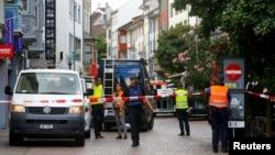 Офицеры полиции исследуют место преступления в городе Шаффхаузен, Швейцария. 24 июля 2017 г.