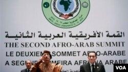 Pemimpin Libya Moammar Gadhafi memberikan pidato pada pembukaan KTT negara-negara Arab dan Afrika di Sirte, Libya hari ini, 10 Oktober 2010.