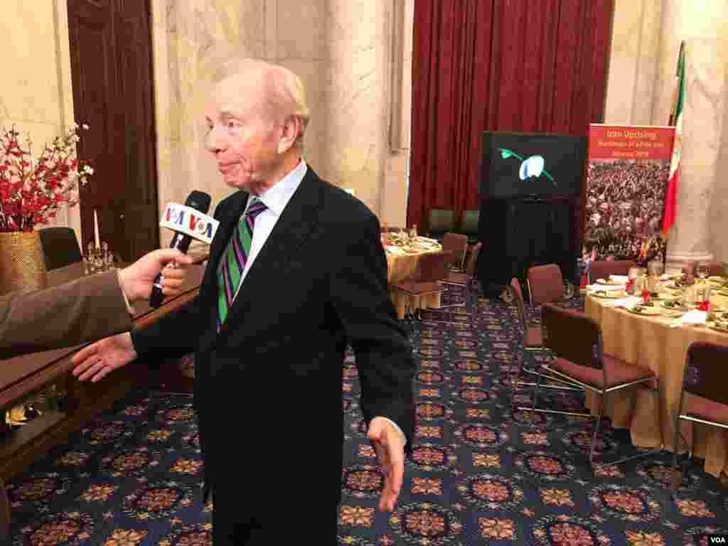 جوزف لیبرمنسناتور پیشین امریکایی و رئیس هیئت مدیره «اتحاد علیه ایران هستهای» در یک مراسم به مناسبت نوروز که از سوی سازمان جوامع ایرانیان آمریکایی در محل کنگره برگزار شد، با صدای آمریکا گفتگو کرد.