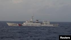 지난해 12월 중국 해안경비정이 동중국해 센카쿠 열도 인근을 항해하고 있다. (자료사진)