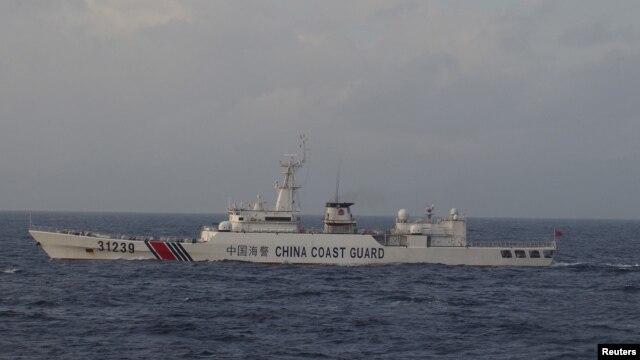 Tàu cảnh sát biển Trung Quốc đi ngang quần đảo Điếu Ngư/Senkaku.