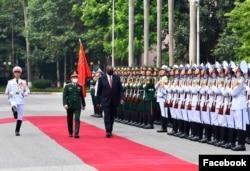 美國大使館照片顯示美國國防部長奧斯汀在越南河內檢閱越軍儀仗隊。(2021年7月29日)