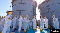 아베 신조 일본 총리(붉은 헬멧)가 19일 후쿠시마 원전을 방문해 오염수 유출 현황 등을 점검하고 있다.