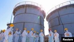 지난달 19일 아베 신조 총리(붉은 헬멧) 일행이 후쿠시마 원자력 발전소의 오염수 저장탱크 시설을 방문했다. (자료사진)