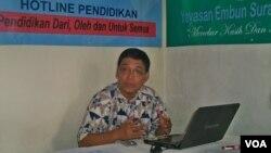 Ketua Hotline Pendidikan Isa Anshori memberikan keterangan pers terkait perilaku seksual pelajar SMA di Surabaya. (VOA/Petrus Riski)