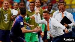 Robin van Persie merayakan gol dengan pelatih Belanda Louis van Gaal di Salvador, Brazil (13/6).