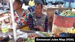 Une vendeuse au marché de Mbankomo, le 20 juin 2017. (VOA/Emmanuel Jules Ntap)