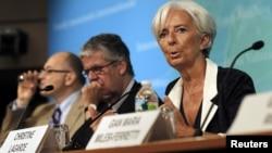 Para pejabat IMF memberikan keterangan mengenai laporan pertumbuhan ekonomi global di Washington (foto: dok).