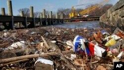 Sampah menggunung di Sungai Anacostia di Washington, DC (foto: dok). Pemberlakuan pajak kantong belanja plastik mengurangi jumlah sampah plastik di sungai dan lokasi-lokasi pembersihan dibanding tahun-tahun sebelumnya (foto: dok).
