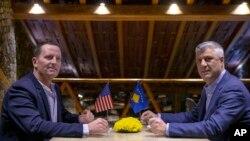 Спецпредставитель США по диалогу между Косово и Сербией Ричард Гренелл и президент Косово Хашим Тачи (архивное фото)