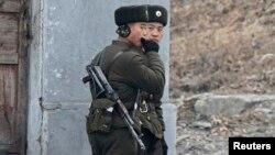 북한 장성택 전 국방위 부위원장이 처형된 직후인 지난 18일, 중국 접경 도시 신의주에서 북한군 병사들이 압록강 주변을 순찰하고 있다.
