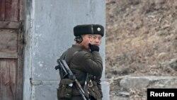지난 2013년 12월 중국 접경 도시 북한 신의주에서 북한군 병사들이 압록강 주변을 순찰하고 있다. (자료사진)
