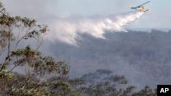 2013年10月24日直升机给林地洒水灭火