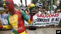 居住在象牙海岸的馬里人星期二在阿比讓抗議發生在馬里的政變