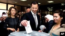시리아 정부 통제 지역에서 13일 총선이 실시된 가운데, 바샤르 알 아사드 시리아 대통령이 수도 다마스쿠스에서 투표하고 있다.