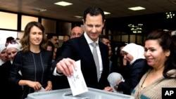 صدر بشار الاسد انتخابات میں ووٹ ڈال رہے ہیں۔