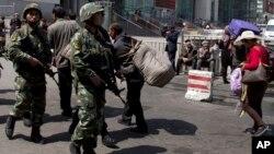 지난 5월 중국 신장 위구르 자치구에서 중국 공안들이 폭탄 테러가 발생한 기차역 주변을 검문하고 있다. (자료사진)
