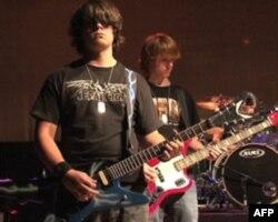 摇滚教室的学生在演唱会上