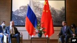 在這張由俄羅斯外交部新聞處發布的照片中,俄羅斯外長拉夫羅夫(左二)和中國外長王毅於2021年3月22日星期一在中國桂林舉行會談。