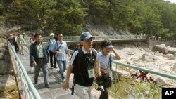 韩国游客在朝鲜旅游景点金刚山(资料图)