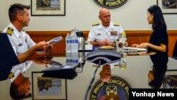 스콧 스위프트 미 태평양함대사령관(가운데)이 17일 부산 주한 미 해군사령부에서 한국 언론과 인터뷰하고 있다.