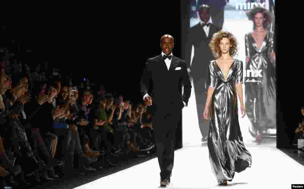 دنیا کے مختلف ملکوں سے تعلق رکھنے والے معروف ڈیزائنرز کے تیار کردہ ملبوسات پیش کیے جارہے ہیں۔