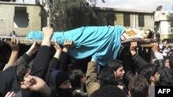 Sirijci noce telo 12-godišnjeg Ale Harbuša koga su navodno u nedelju ubili sirijski vojnici tokom protesta protiv predsednik Bašara al-Asada, u jednom od predgrađa Damaska