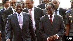 Thủ tướng Kenya Raila Odinga (trái) được Thủ tướng trong nội các của nhà lãnh đạo đương nhiệm của Côte D'Ivoire, ông Laurent Gbagbo, đón tiếp sau khi đến sân bay quốc tế Felix Houphouet Boigny ở Abidjan, ngày 3/1/2011